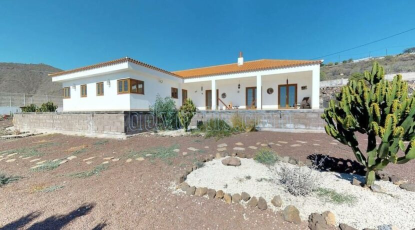 Beautiful villa with unbeatable views of the ocean and the neighbouring islands for sale in San Miguel de Abona, Tenerife.